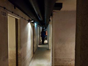 Jeden z korytarzy w schronie